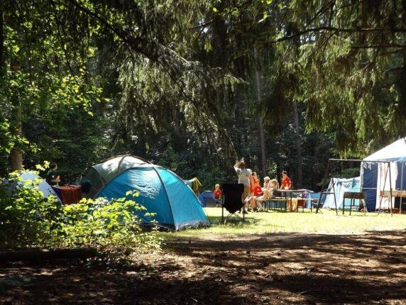 Tag på campingtur i en lukketid